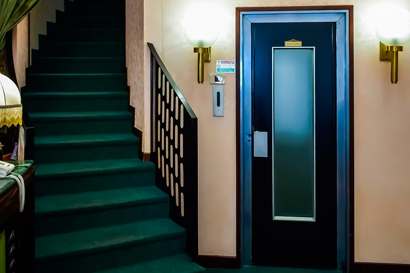 realizar el mantenimiento de un ascensor